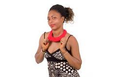 Portrait de femme africaine montrant son collier Image libre de droits