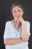 Portrait de femme agée - une femme plus âgée d'isolement sur le backgr noir Photo stock