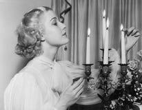 Portrait de femme allumant des bougies (toutes les personnes représentées ne sont pas plus long vivantes et aucun domaine n'exist photo libre de droits