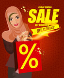 Portrait de femme arabe moderne heureuse avec le panier rouge Image stock