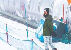 Portrait de femme asiatique dans l'habillement d'hiver de station de sports d'hiver du Japon photo stock