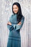 Portrait de femme asiatique heureuse avec les bras croisés Photo stock
