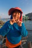 Portrait de femme asiatique thaïlandaise supérieure de sourire au port de l'interdiction Image libre de droits