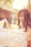 Portrait de femme assez asiatique et d'écharpe blanche Photos stock