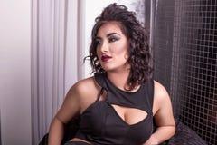 Portrait de femme attirante avec les cheveux bouclés et les lèvres rouge foncé Photo stock