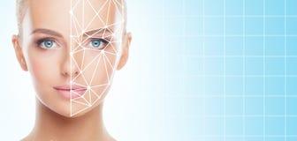 Portrait de femme attirante avec une grille scnanning sur son visage Identification de visage, s?curit?, reconnaissance faciale,  photo libre de droits