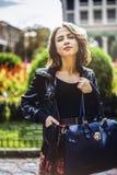 Portrait de femme attirante extérieur La fille heureuse regardant est venue Image stock