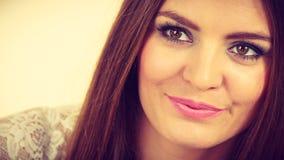 Portrait de femme attirante heureuse et positive photo stock