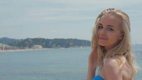Portrait de femme attirante se tenant à la plage Fille de sourire heureuse regardant l'appareil-photo le bord de la mer Jeune fem banque de vidéos
