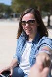 Portrait de femme aux cheveux noirs dans des lunettes de soleil Photos libres de droits