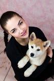 Portrait de femme avec Akita Dog Photographie stock