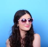 Portrait de femme avec de rétros verres sur le fond bleu Photos libres de droits
