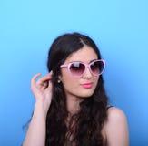 Portrait de femme avec de rétros verres sur le fond bleu Images libres de droits