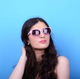 Portrait de femme avec de rétros verres sur le fond bleu Photo libre de droits