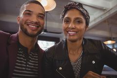 Portrait de femme avec l'ami en café Photographie stock