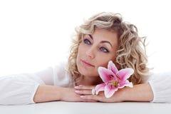 Portrait de femme avec la fleur de lis Image stock