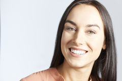 Portrait de femme avec le beau sourire images libres de droits