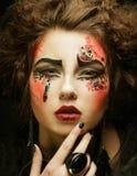 Portrait de femme avec le maquillage artistique dans la fumée bleue Photos libres de droits