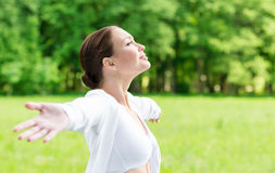 Portrait de femme avec les bras tendus Photo libre de droits