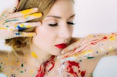 Portrait de femme avec les yeux fermés en peinture avec les lèvres rouges photo stock