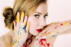 Portrait de femme avec les yeux ouverts en peinture avec les lèvres rouges image stock