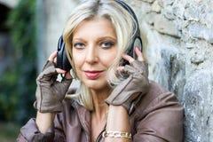 Portrait de femme belle supérieure avec l'écouteur Image libre de droits