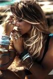Portrait de femme blonde avec des bijoux Photographie stock libre de droits