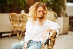 Portrait de femme blonde avec les cheveux bouclés extérieurs photos stock