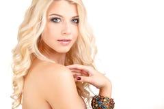 Portrait de femme blonde caucasienne attirante avec de longs cheveux bouclés d'isolement sur le tir blanc de studio Image libre de droits