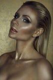 Portrait de femme blonde chic magnifique avec les cheveux humides, les pleines lèvres séparées et le maquillage artistique éclata photographie stock