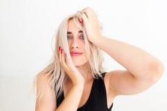 Portrait de femme blonde faisant le choix difficile photos stock