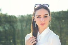 Portrait de femme de brune photographie stock libre de droits