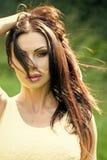 Portrait de femme de brune extérieur image stock