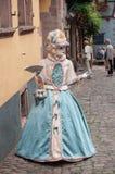 Portrait de femme Costumed avec la robe et la fan bleues au défilé vénitien dans Riquewihr en Alsace Image stock
