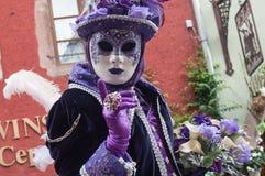 Portrait de femme Costumed avec la robe pourpre au défilé vénitien dans Riquewihr en Alsace Photos stock