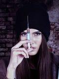 Portrait de femme dépendant dans la seringue photos stock