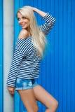 Portrait de femme d'été sur le fond bleu photographie stock
