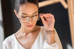 portrait de femme d'affaires élégante attirante Photos stock