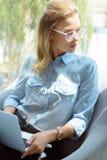 portrait de femme d'affaires élégante dans des lunettes avec l'ordinateur portable Image libre de droits