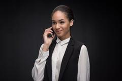Portrait de femme d'affaires élégante parlant sur le smartphone Image libre de droits
