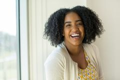 Portrait de femme d'affaires d'Afro-américain au travail photographie stock libre de droits
