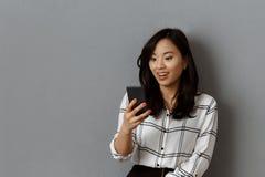 portrait de femme d'affaires asiatique enthousiaste photographie stock libre de droits