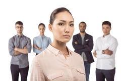 Portrait de femme d'affaires asiatique se tenant devant ses collègues Image stock