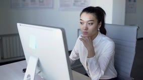 Portrait de femme d'affaires asiatique travaillant sur le rapport financier sur l'ordinateur dans le bureau 4K banque de vidéos