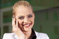 Portrait de femme d'affaires au téléphone image stock