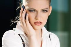 Portrait de femme d'affaires au téléphone images stock