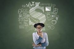 Portrait de femme d'affaires avec des icônes d'affaires et de finances Photos stock