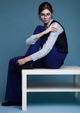 Portrait de femme d'affaires avec des verres et costume bleu avec la main sur son épaule Photos libres de droits