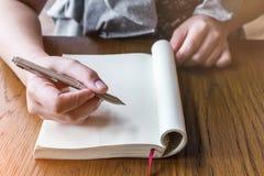 Portrait de femme d'affaires avec le carnet et le stylo Image stock