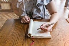 Portrait de femme d'affaires avec le carnet et le stylo Photos libres de droits